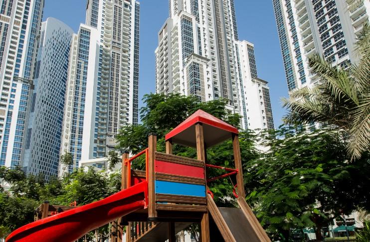 Park in between Bay Avenue buildings